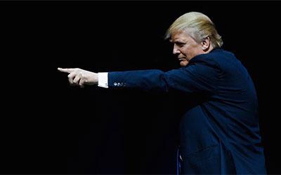 Donald Trump, der mit dem Finger nach links zeigt