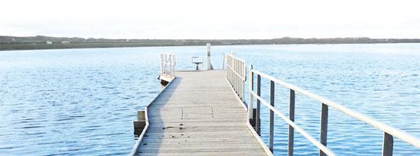 Ein Holzsteg, der ins Meer führt