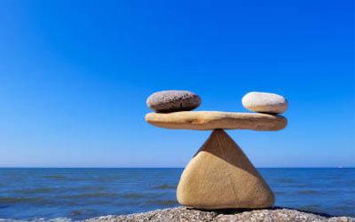 Gestapelte Steine, die eine ausgewogene Waage symbolisieren