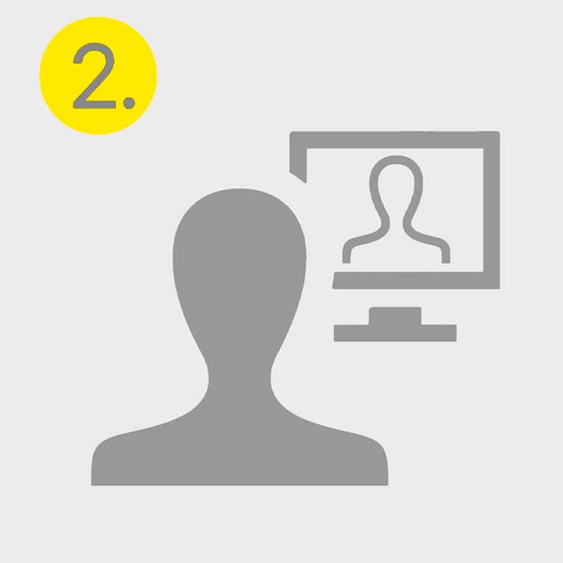 Graues Icon einer Person, die auf einen Computer schaut, in der eine weiter Person ist, symbolisiert den zweiten Schritt im Bewerbungsprozess, das Telefoninterview