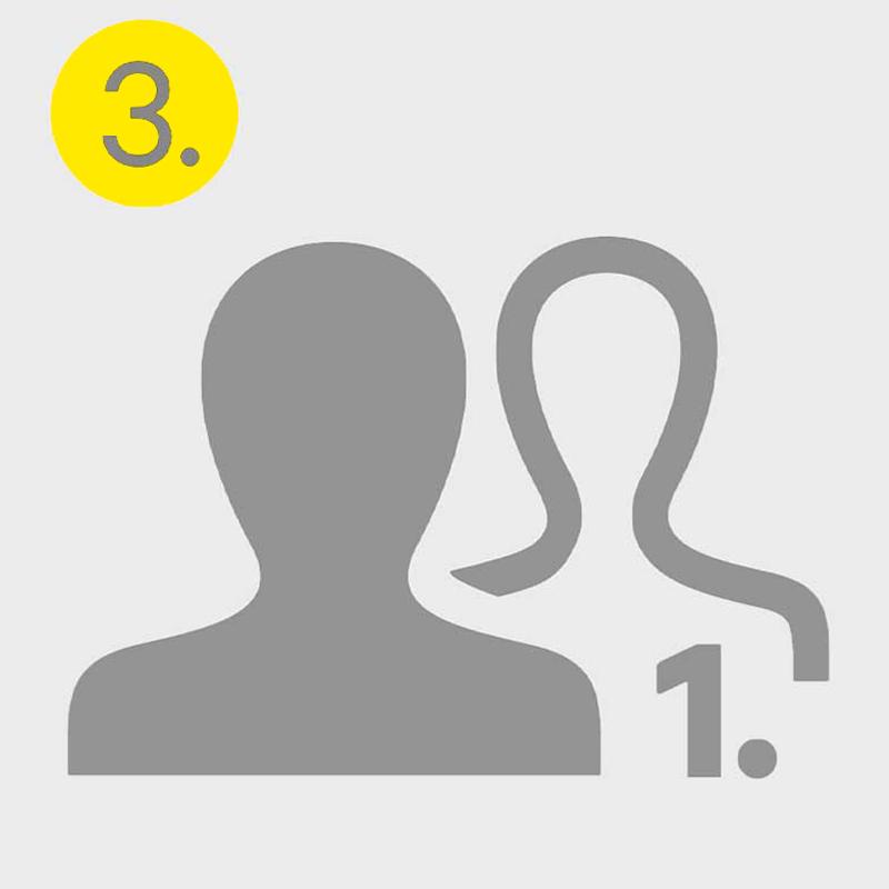 Graues Icon von Zwei Personen und einer eins symbolisiert den dritten Schritt im Bewerbungsprozess, das persönliche Gespräch bei HRCIE