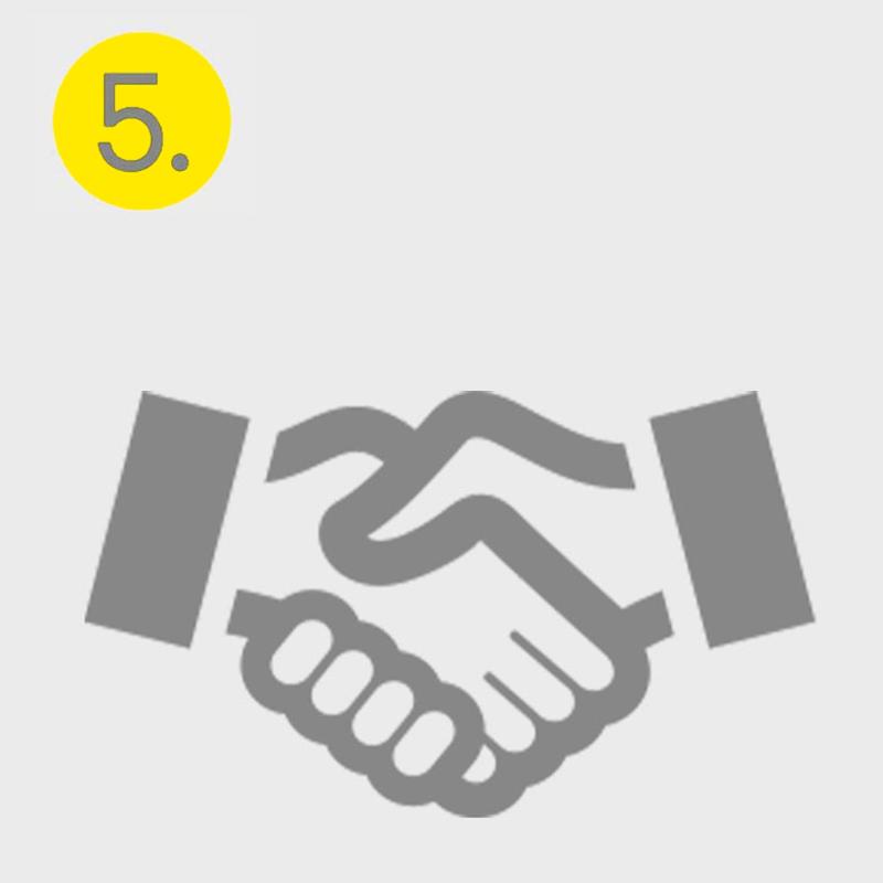 Graues Icon eines Händedrucks, symbolisiert den fünften Schritt im Bewerbungsprozess, den Vertragsabschluss